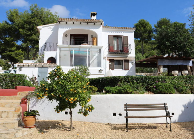 4 bed 2 bath Villa walking distance to Amenities and close to Moraira