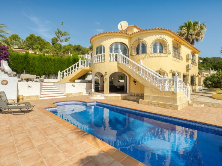 EXCLUSIVE 5 bedroom 3 bathroom Villa With 2 Separate Living Areas, Ideal For Family Living