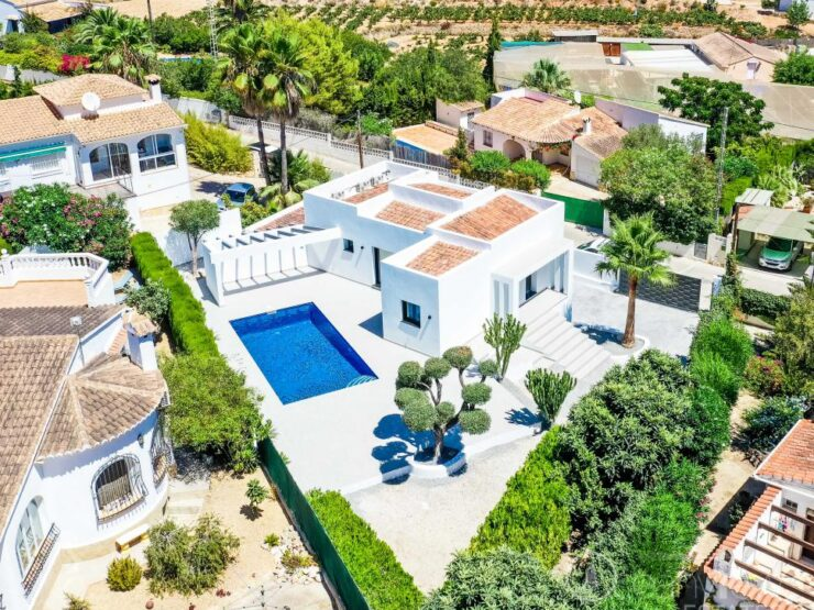 Modern 3 bedroom 2 bathroom villa walking distance to Moraira