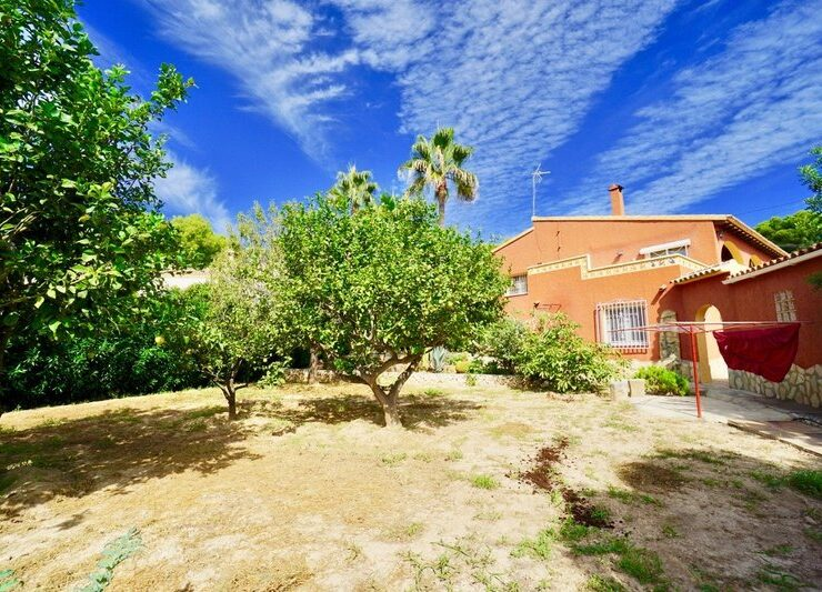 4 Bed Villa on a Large Plot Walking Distance to Moraira Town
