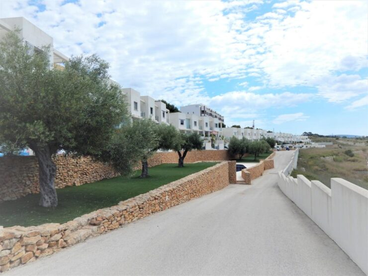 Immaculate 3 Bed 3 Bath Townhouse With Fantastic Sea Views and 5mins Walk to all Amenities